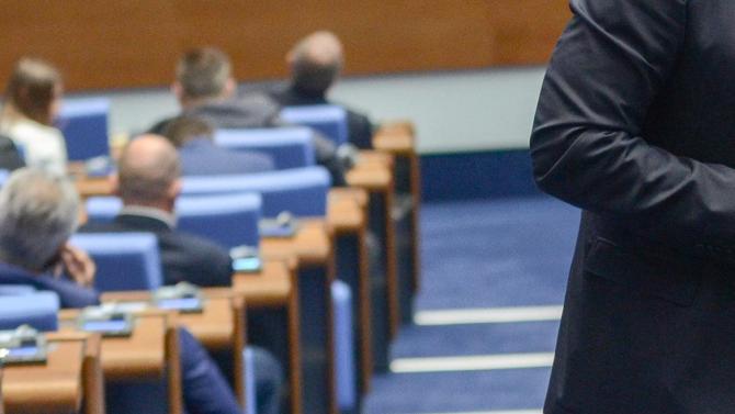 Депутатите се захващат с гласуването под карантина