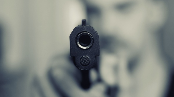 Мъж размаха пистолет пред младежи, шофирали зад него