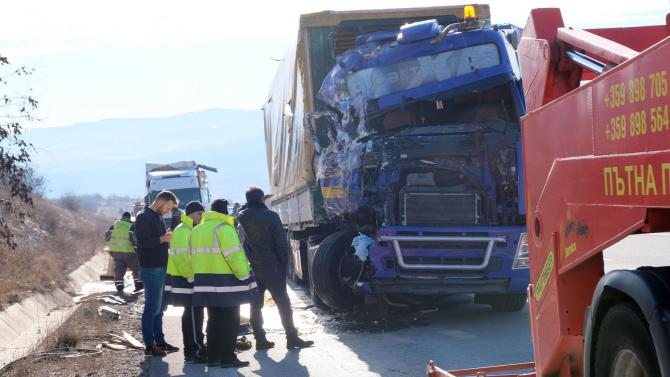 """Камион с мандарини се заби в камион с масло на АМ """"Струма"""""""