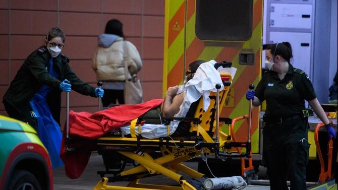 Британски болници заприличаха на военна зона заради наплива от пациенти с COVID-19