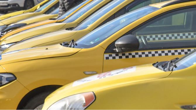 Таксиметрови шофьори искат уреждане на правото да работят