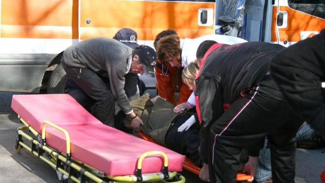 Намериха помлян мъж да лежи в кална локва до игрище