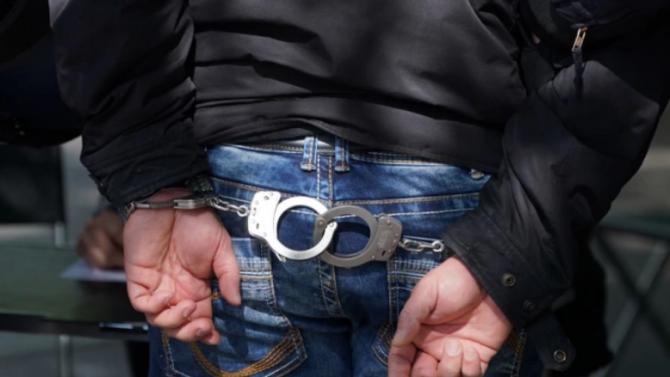 Спипаха шофьор без книжка - в колата му откриха наркотици и боеприпаси
