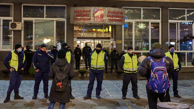 Протестиращи граждани се събират пред сградата на БНТ, за да