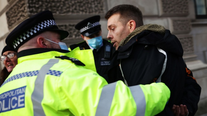 Бой на незаконно парти с 200 участници в Лондон, двама полицаи са ранени