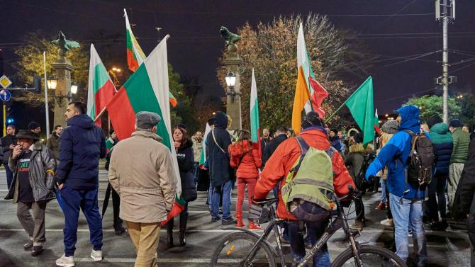 """Поредният антиправителствен протест блокира движението на """"Орлов мост"""" и пред Ректората"""