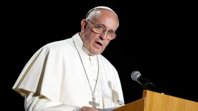 Папата изпитва болки, пропуска религиозни служби