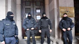 Напрежение между протестиращи и полиция пред Министерски съвет
