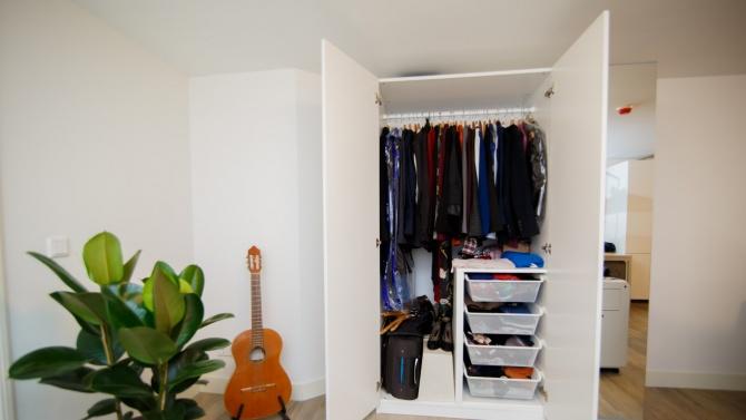 Британски военен двеседмици крил любовницата си в гардероб