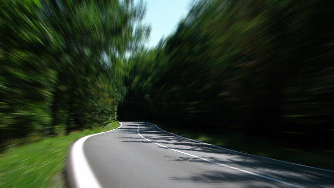 Опасно свлачище! Пътят към Банско е подкопан