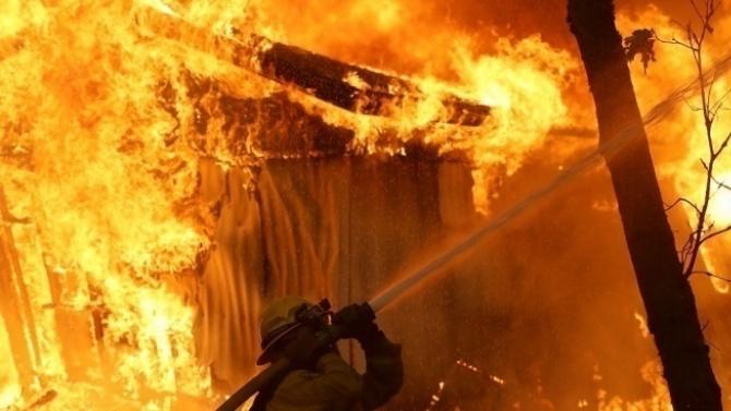 Млад мъж загина при пожар в дома си