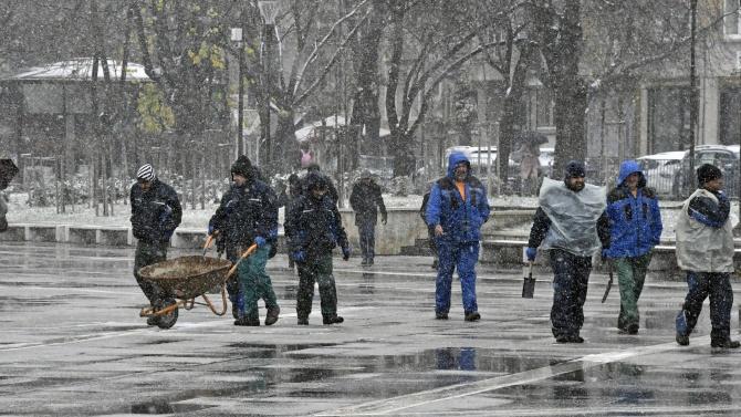 Сняг заваля в София, обработват срещу заледяване улиците
