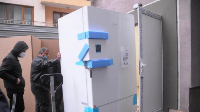 Фризер за съхранение на ваксините пристигна в Перник