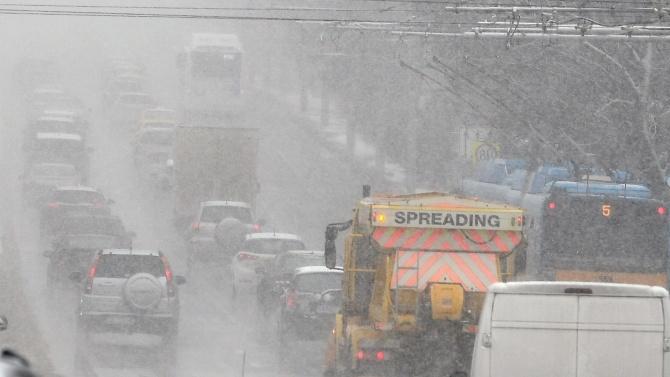 Обилният снеговалеж затвори пътища в страната