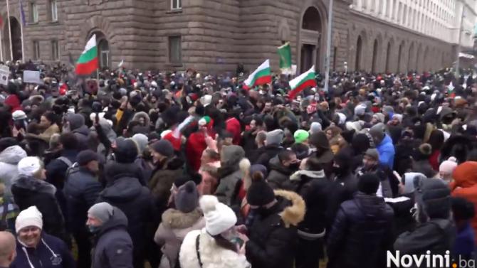 """НА ЖИВО: Собственици на заведения на протест в центъра на София, скандират """"Работа"""" и """"Оставка"""""""