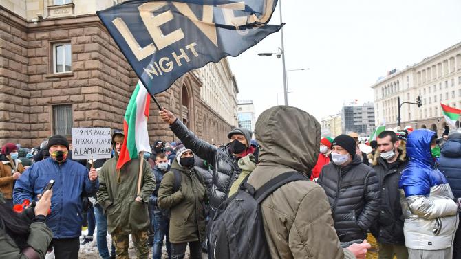 """Собственици на заведения на протест в центъра на София, скандират """"Работа"""" и """"Оставка"""""""