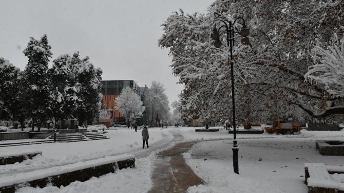 Във връзка с падналия снеговалеж, Община Ловеч припомня, че ръководителите
