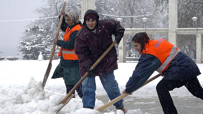 Повече от 160 работници почистват от сняг тротоарите в Русе