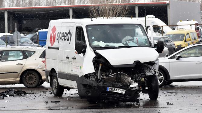 Джип и микробус на куриерска фирма катастрофираха в столицата