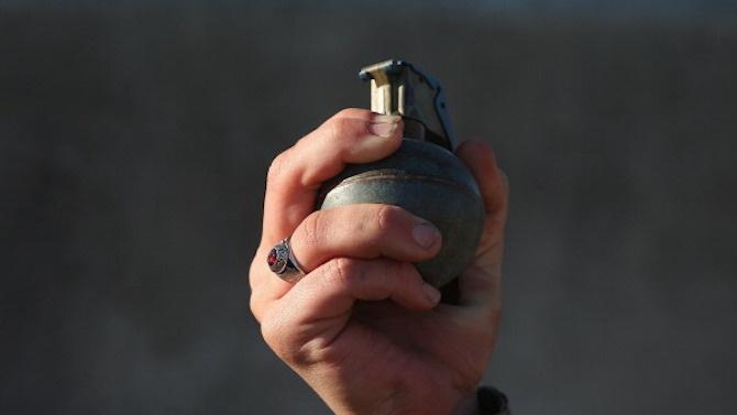 Мъж хвърли граната по служители, отишли да му спрат тока