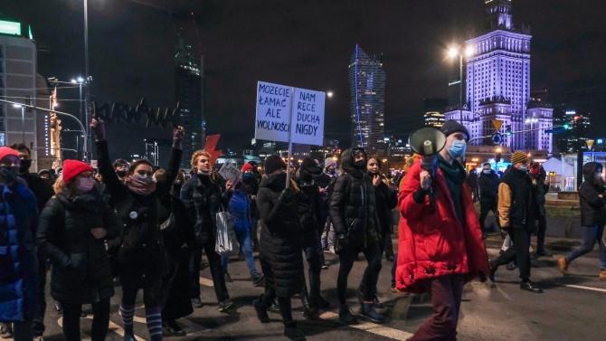 Затягат закона срещу абортите в Полша, хиляди излязоха на протест