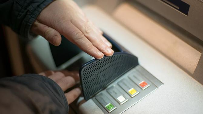 Бензинджия източи банковата карта на клиент