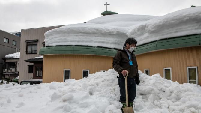 Мощна снежна буря удари Северна Япония