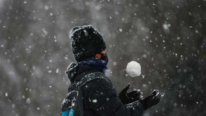Солени глоби заради бой със снежни топки в Северна Англия