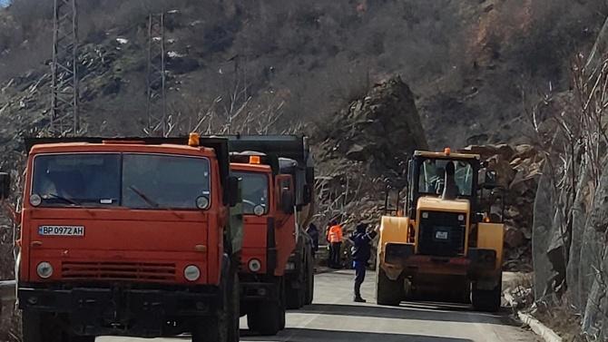 Георги Терзийски: Работи се внимателно по разчистване на срутището на пътя Своге - Ребърково