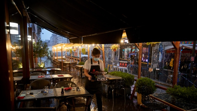 В Париж затвориха 24 ресторанта, работели тайно в нарушение на мерките