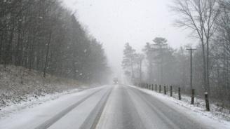 Снежна буря затвори прохода Троян-Кърнаре
