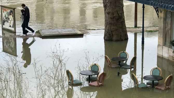 Предупреждение за наводнение в Париж, след като Сена излезе от коритото си