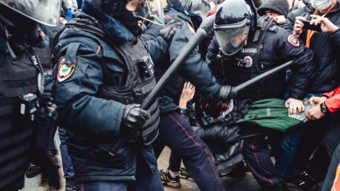 Масови арести в Русия заради Навални