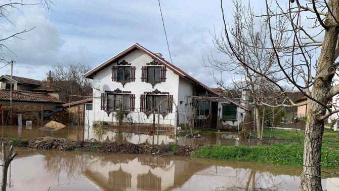 Бедственото положение в село Димчево остава, всичко е под вода