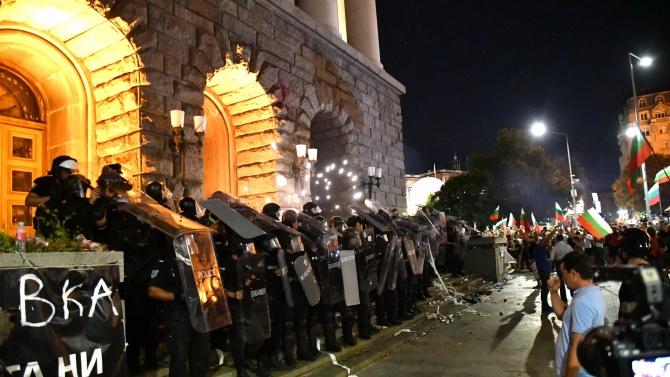 Съдят протестър, хвърлял пиратки и бутилки по полицаи