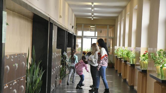 Дежурни учители ще следят учениците да не се прегръщат