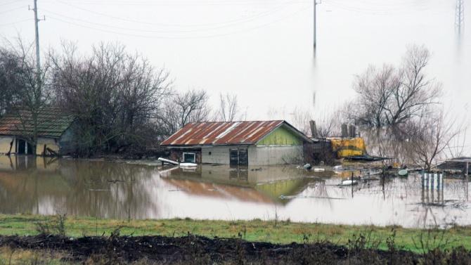 Военните помагат на населението в наводненото село Димчево