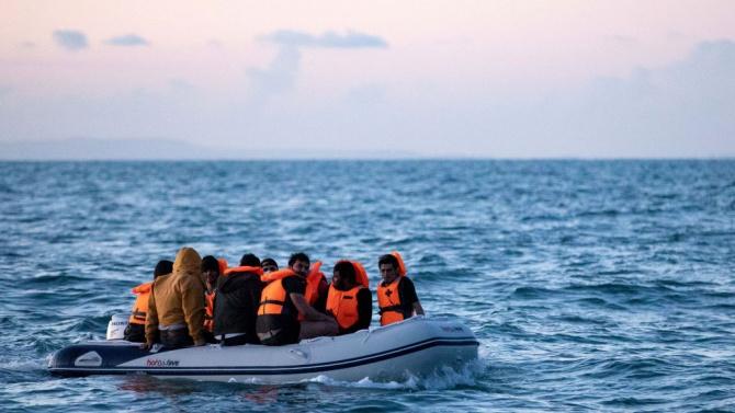 """Хуманитарният кораб """"Оушън вайкинг"""" спаси близо 240 мигранти край Либия"""