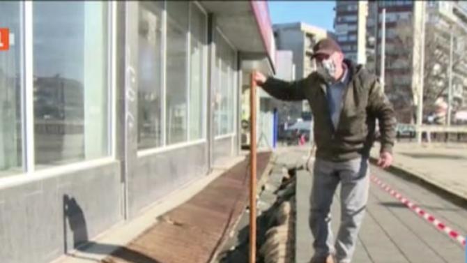 """Тротоар в Русе се """"разцепи"""" и погълна пешеходец"""