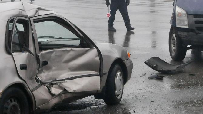 Шофьор блъсна спрял микробус в Петелово и рани човек