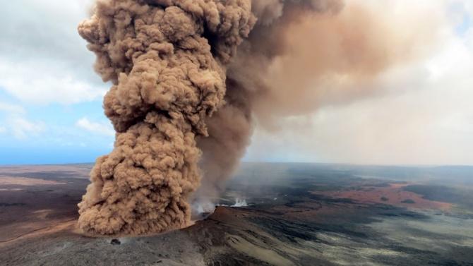 Изригване на вулкан наложи затваряне на летище в Индонезия