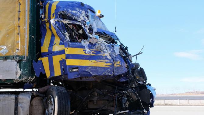 Шофьор пострада тежко при катастрофа между два камиона по пътя Бяла-Русе