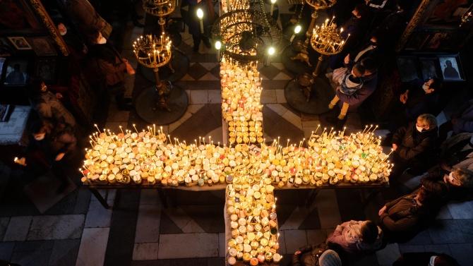 """Огнен кръст освети меда в благоевградската църква """"Въведение Богородично"""""""