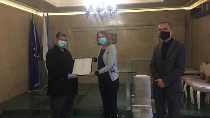 Кметът Фандъкова връчи грамота на д-р Максим Бенвенисти