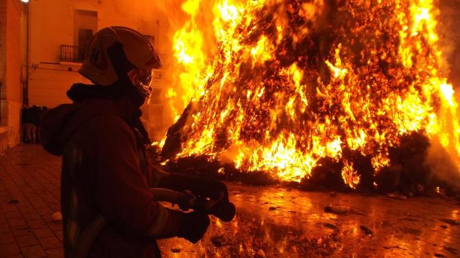 """Взрив предизвика голям пожар в къща в столичния квартал """"Гео Милев"""""""