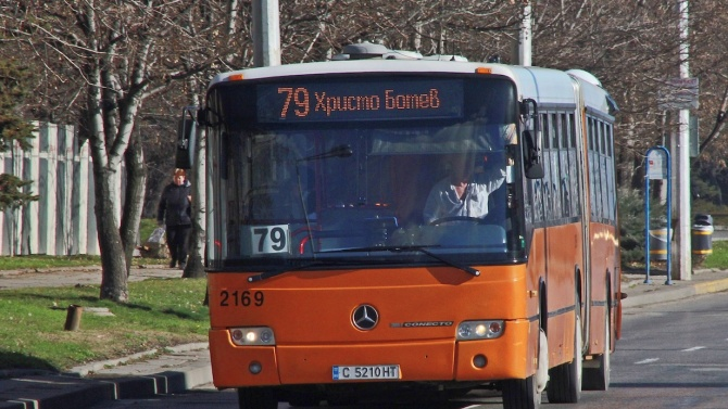 Цигани нападат граждани на спирка