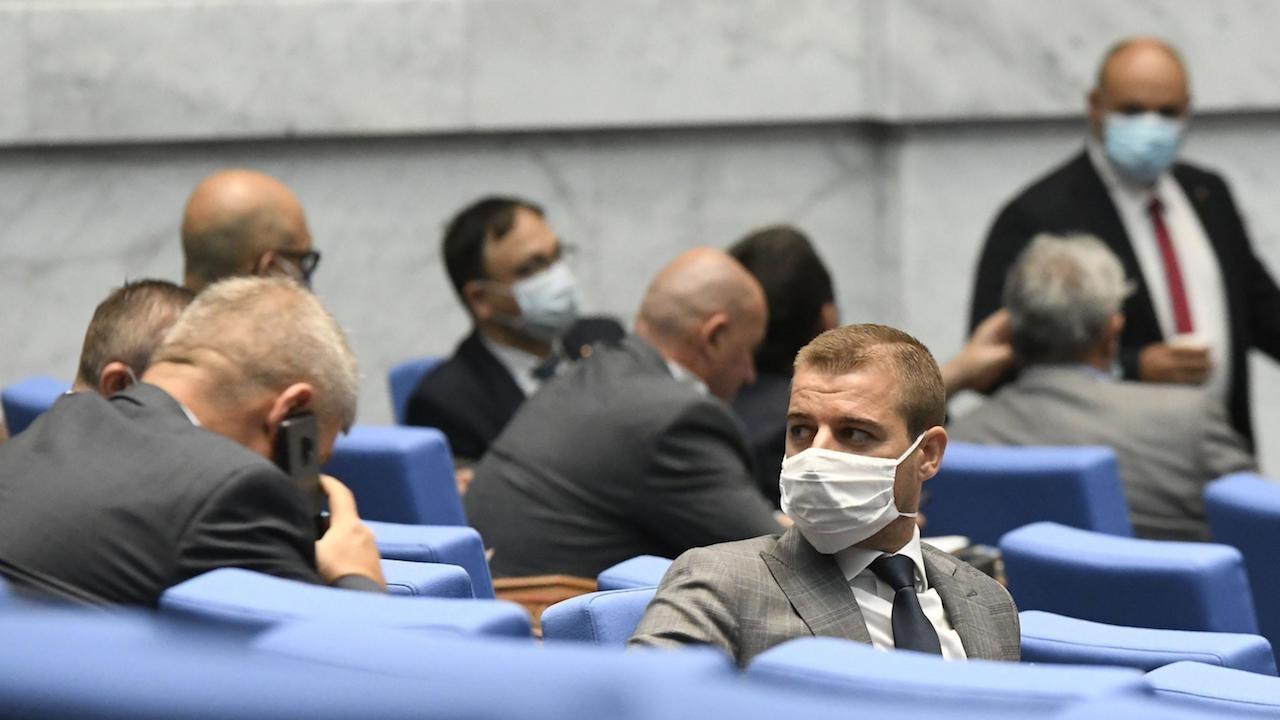 Лют скандал в парламента, изгониха Павел Шопов