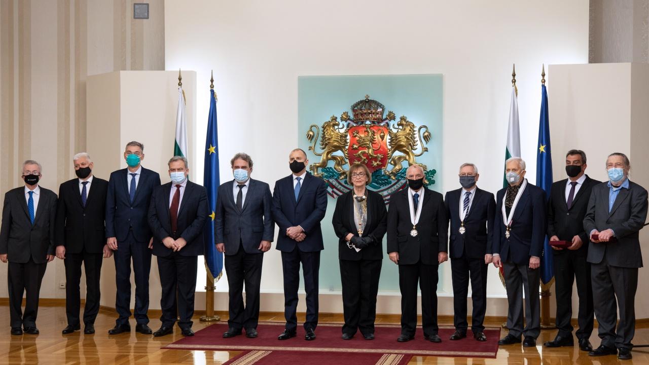 Румен Радев награди изявени българи