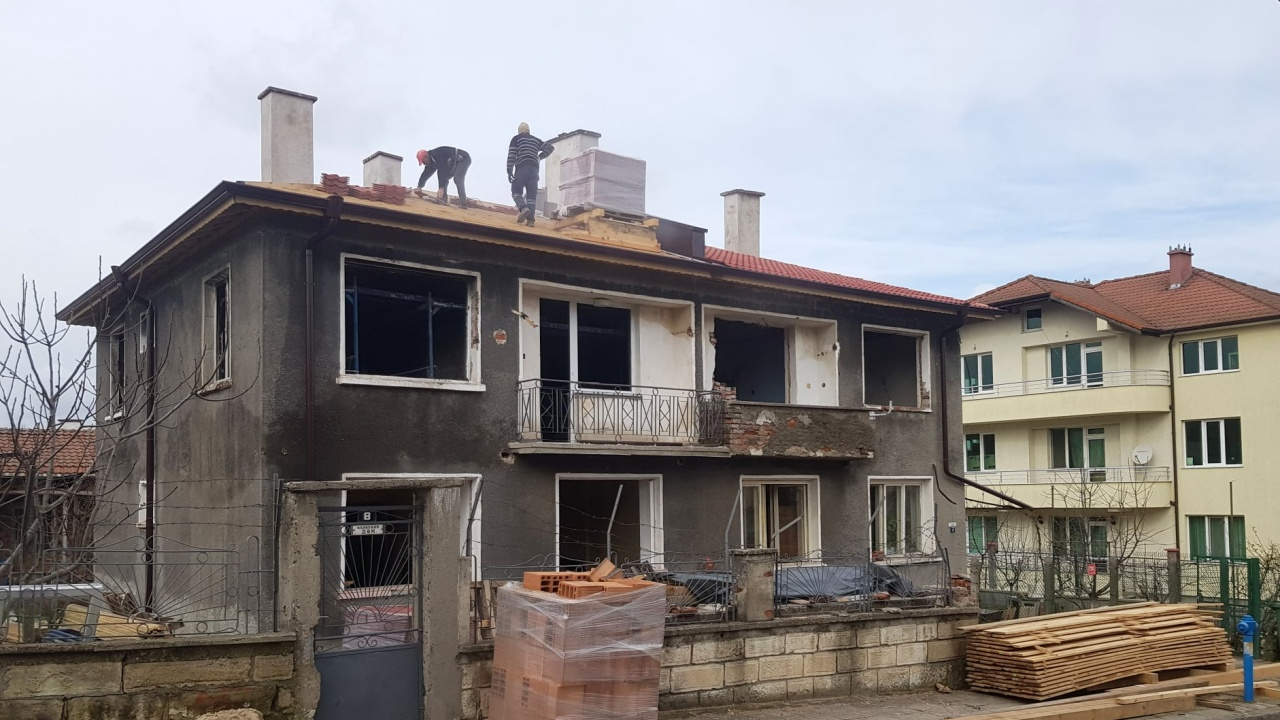 Приключва ремонтът на изгорялата къща в Момчилград