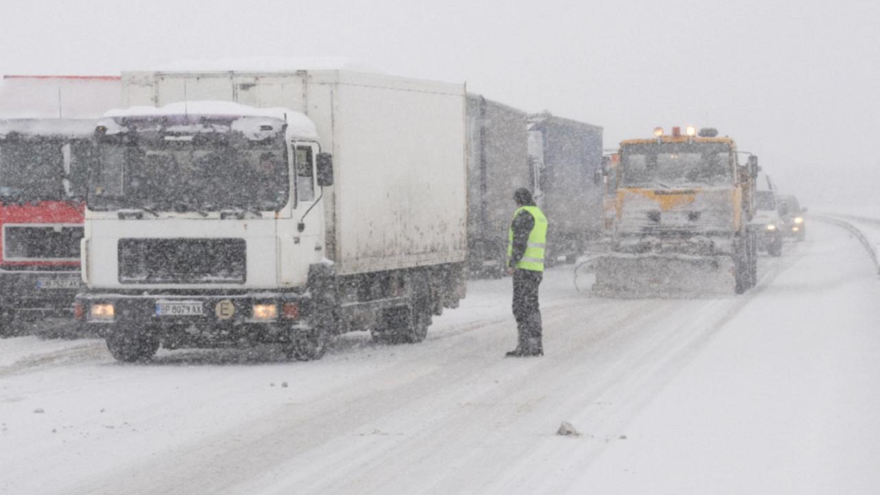 """Ограничават временно движението по АМ """"Тракия"""" в двете посоки за тежкотоварни автомобили"""